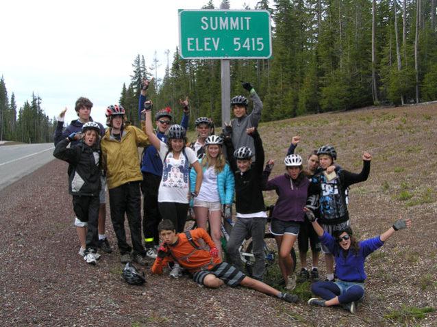 登頂を祝う中学校生たち。あとは下りだ。Photo: Jesse Wooten