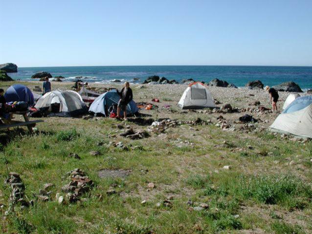 学生が背負ってきたバックパック用テントがカタリナ島の海岸線に連なる。Photo: Jesse Wooten