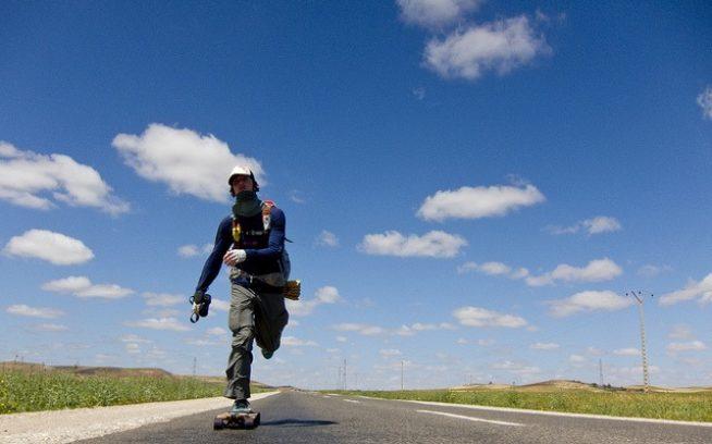 農村地帯に真っすぐつづく道を、モロッコのマラケッシュ目指してプッシュする。Photo:Paul Kent, Adam Colton, Aaron Enevoldsen