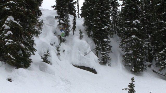 60歳を超えてもなおクリフジャンプを決めるジェリー・ロペス。 Photo: Fitz CahallとBryan Smith