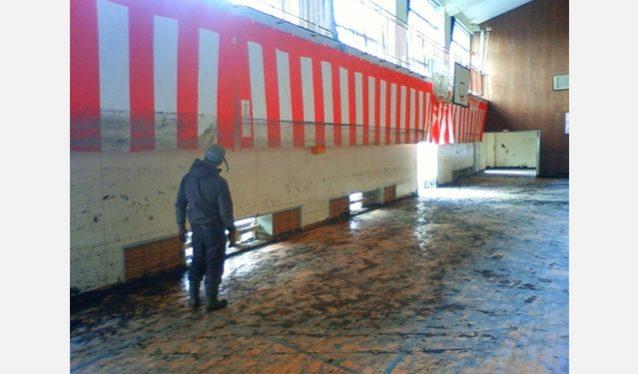 泥だしの終わった体育館の紅白幕に残された津波の跡。写真:パタゴニア日本支社
