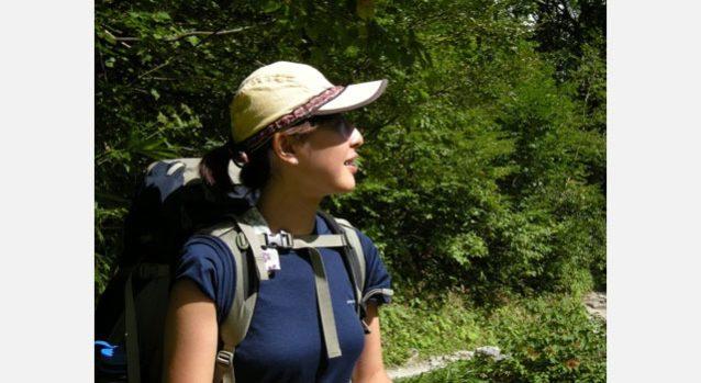横尾から涸沢へ向かう道中。緑の中に屏風岩を見上げる小林恵美。写真:高城 克昭
