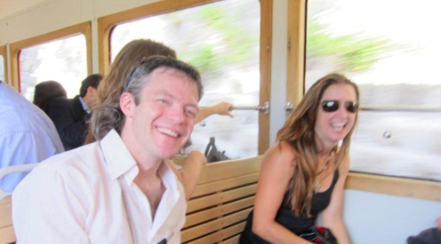 部屋に置いてきた自分のラップトップにテレパシーで口述しているケリーと、私。ウェディングのレセプションへ向かう電車の車中にて。Photo: Jen Olson