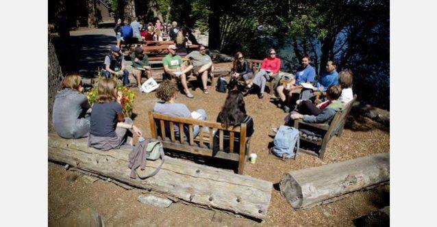 トレーニング中に即興セッションを楽しむ会議の参加者。このセッションは〈Conservation Lands Foundation〉のブライアン・オドネルが提供したチャレンジに応えるもの。それは危機にさらされている自分たちの所有地を保護することがなぜ企業利益につながるかを企業開発業者に説得するというもの。Photo: Tim Davis