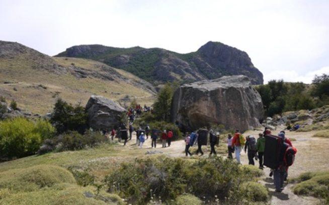 ゾロゾロと岩場へ向かう参加者たち。写真:横山 勝丘
