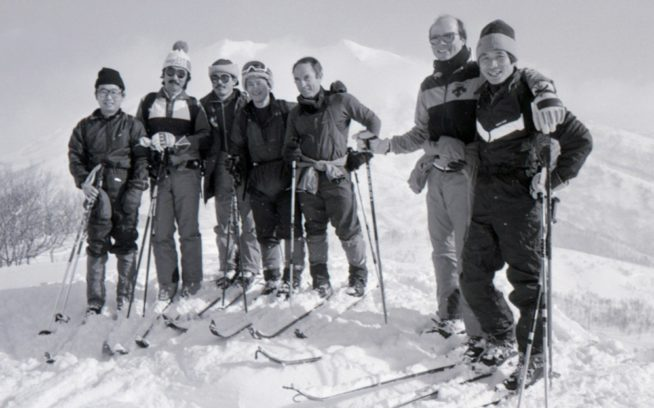 ニセコモイワにて。左から金井哲夫、山本由紀男、新谷暁生、坂下直枝、イヴォン・シュイナード、ポール・パーカー、辰野勇。1985年1月 写真:阿部幹雄