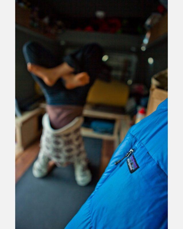 バターミルクでバンの中での練習。頭立ちのポーズで蓮花座。Photo:Andrew Burr