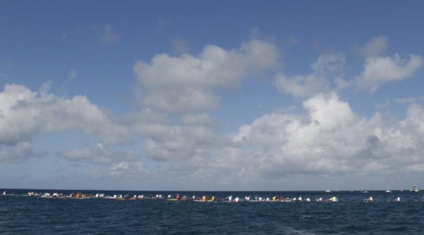 97人のパドラーたちがまだ見えぬオアフ島に向かってスタートする。写真:木下健二
