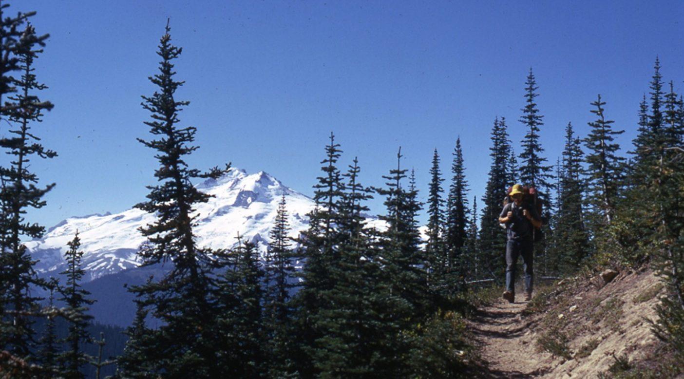 カスケード山脈北部のPCTの高地を歩く。Photo: Old School