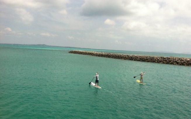 八重山諸島は私の大好きな場所のひとつ。何度訪れても新しい挑戦や刺激が待ち受けている。今回は黒島から石垣までスタンドアップで渡ろうという企画だったが、残念ながら腰を痛めて応援のみ。こんなことが気軽にできる環境と仲間の層の厚さが南西諸島の素晴らしさ。〈アイランドクラブ〉 写真:岡崎 友子
