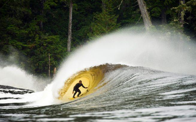 このボートではただ独りグーフィーフッターのクリス・マロイがカメラをはなれ、レフトの波を試す。Photo:Dean Azim