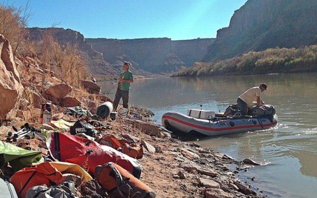 グリーン・リバーの川辺でボートに荷積みする。写真:BAGのiPhone