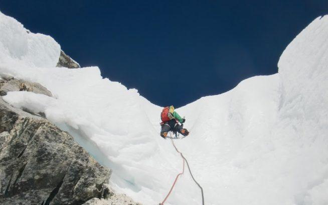 2012年キャシャール5日目4ピッチ目。この日一番の核心部を登る花谷。撮影:馬目弘仁