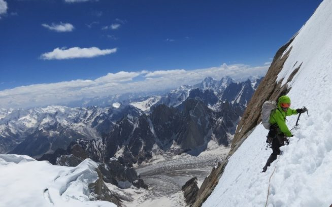 カイル・デンプスターとオーガI峰の第3登を達成したあと下山中のヘイデン。パキスタン、カラコルム山系。Photo:Kyle Dempster