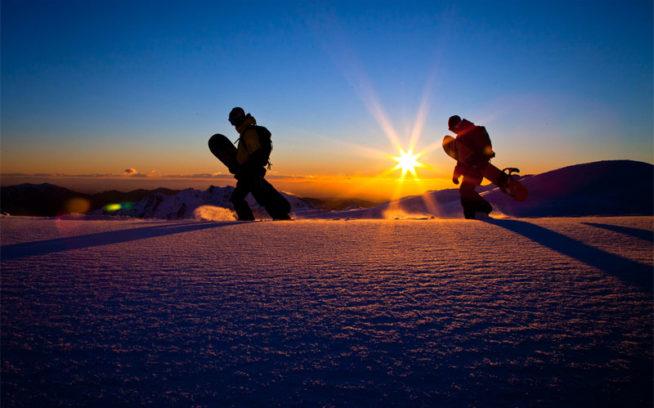 チジャン山をハイク中のアレックス・ヨーダーとフォレスト・シアラー。チリにて#pursuitofpowder Photo:Andrew Miller