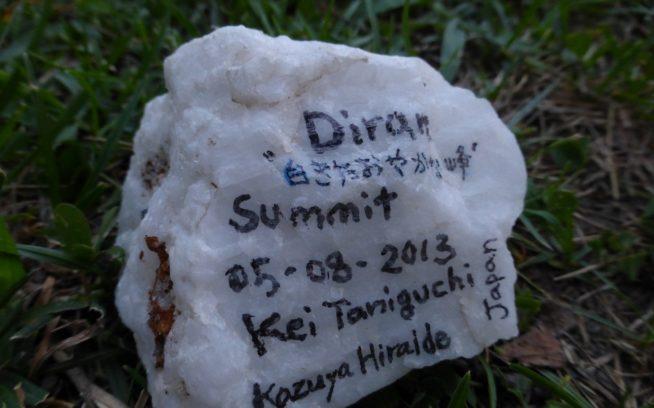 氷河上に落ちていた石に記録を残し、ミナピン村に並べる。写真:谷口けい