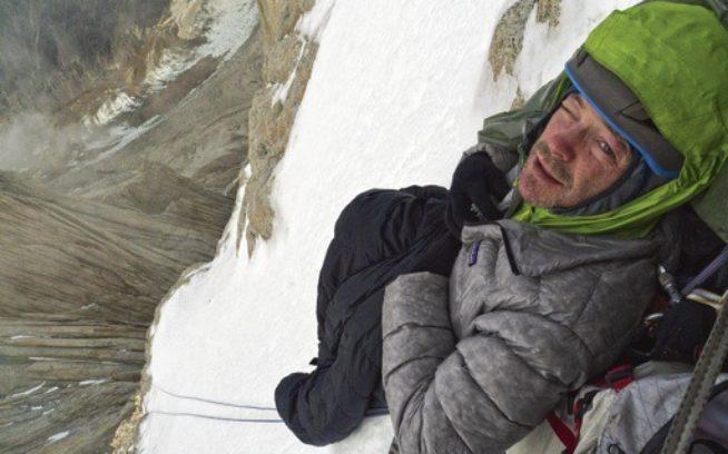 フィッツロイからの下降時に直面した悲惨なビバークから抜け出そうと、不確かな日の出とともに登攀準備をするケリー・コーデス。Photo: Craig Scariot