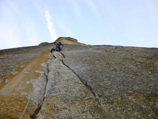 ホットライン2ピッチ目(5.12a)の核心を登る。写真:横山 勝丘