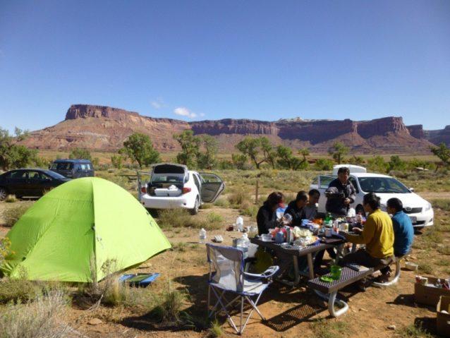 ユタ州インディアンクリークの雄大な自然の中で朝食をとる。写真:横山 勝丘