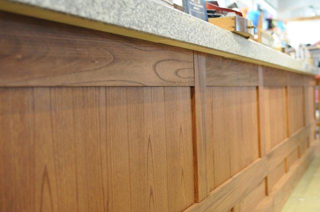 資材の再利用では古民家から出たケヤキ材を再利用してレジカウンターに
