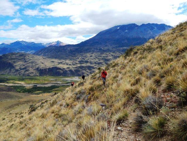 まもなくパタゴニア国立公園となる場所。写真:Colin Pile] チャカブコ・バレーの上でグアナコ・トレイルを歩く。Photo: Colin Pile
