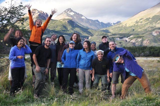 仕事の終了を祝うベスとモリーンのボランティア・グループ。Photo: Nico Sala