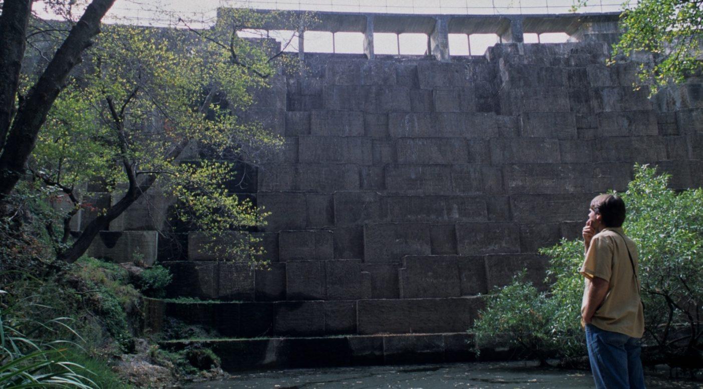 カリフォルニアのサン・フランシスキート・クリークにあるシアーズビル・ダム。スタンフォード大学は魚や野生動物のための水を放流しない。淀んだ川は枯渇して危機に面し、コンクリートの壁のふもとで妨害されているスチールヘッドにとっては致命的だ。Photo: Matt Stoecker