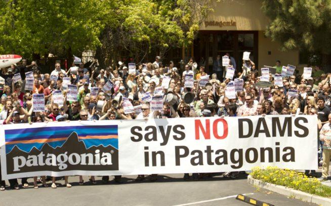 2011年5月19日、カリフォルニア州ベンチュラのパタゴニア本社。チリをはじめとするスペイン語圏の国々ではこのシチュー鍋抗議運動のことを「カセロロサ」と呼ぶ。ビデオを見る Photo: Tim Davis
