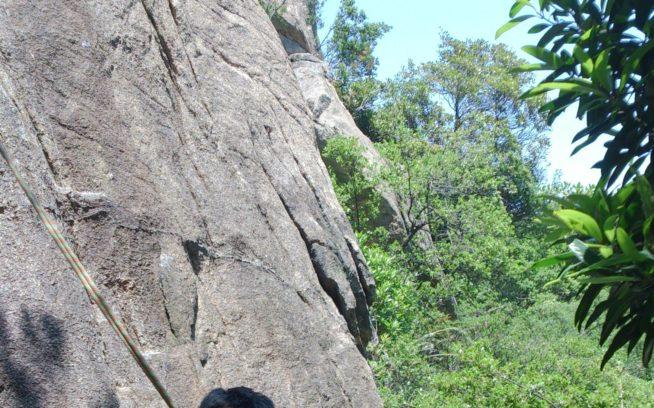 懸垂下降で取り付きに戻ってきたばかりの僕とミックさん。小豆島にて。写真:桑原茂之
