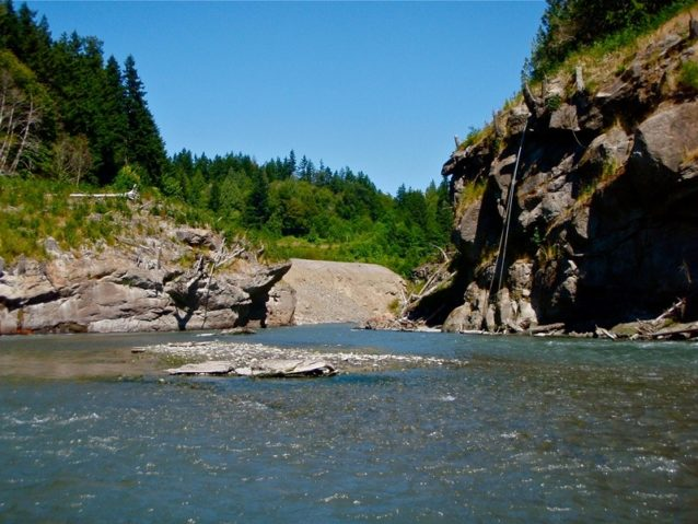 以前エルワ・ダムがあった東縁をすぐ上流から臨む。Photo: Dylan Tomine