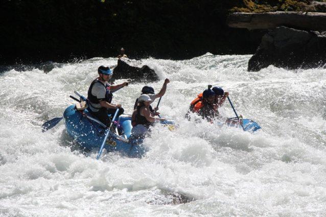 新たに「That Dam Rapid(4級)」と名付けられた旧ダム地を突破する。船首にいる漕ぎ手はドロップ寸前の僕。Photo: Olympic Raft & Kayak