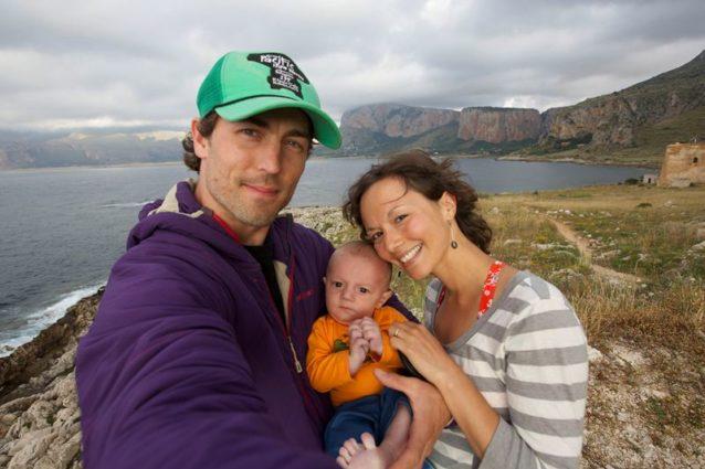 リディア・ザモラノはカナダのアルバータ州出身の献身的かつ喜びに満ちたヨギ。過去12年間ヨガを教え、1,200時間以上のヨガの上級インストラクター訓練を受けている。ヨガのスタジオを4年間共同経営したあと、現在ワークショップと合宿の運営にエネルギーを注ぐ。リディアと夫のソニーに最近、第一子が誕生した。 Photo: Sonnie Trotter
