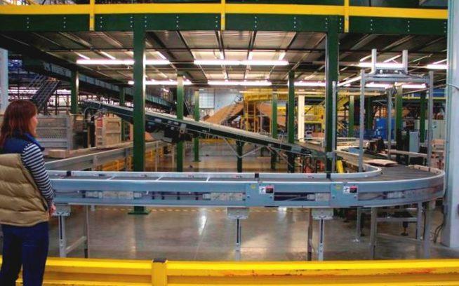 ネバダ州リノにあるサービスセンター。倉庫で製品が選定され、梱包ステーションに送られると、出荷エリアに向かうコンベヤーベルトに載せられる。セールや年末などの繁忙期にはとくに、このシステムによって効率性を最大限に活かしながら出荷することが可能となる。Photo: Nellie Cohen