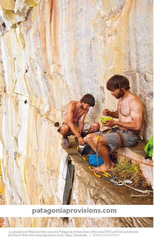 新ルート「アピチャバイ」のピッチの合間に食事休憩を取る、ジャングル音楽家のステファニー・ハンセンとパタゴニアのクライマーのショーン・ヴィラヌエヴァ・オドリスコール。ベネズエラ、アムリ・テプイ。Photo: JEAN-LOUIS WERTZ