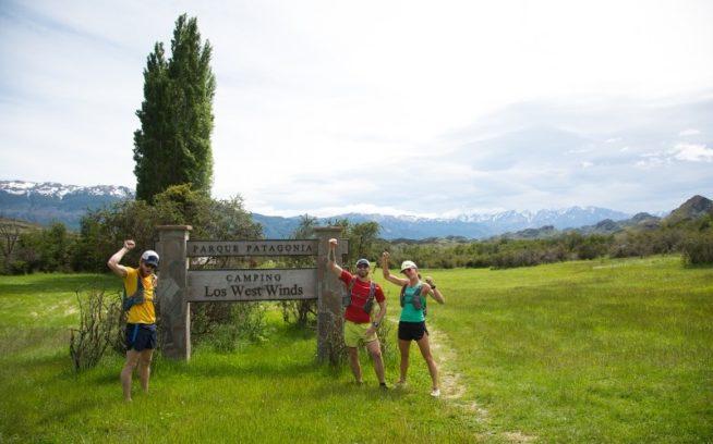 はじめてパタゴニア公園のトレイルに足を踏み入れるパタゴニア・アンバサダーの、ルーク・ネルソン、ジェフ・ブラウニング、クリッシー・モール。チリのアイセン地方にあるパタゴニア公園。Photo:James Q Martin