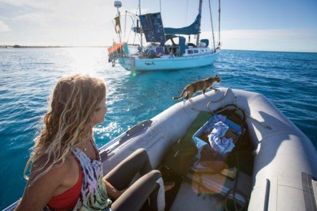 「スウェル号」に戻る途中のリズ・クラークと猫のアメリア(船には水嫌いのアメリアが誤って海に落ちたとき登れるよう、猫用はしごを装備)。Photo: Jody MacDonald
