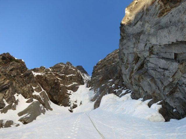 「ハート・オブ・ダークネス」に突入するディラン。山頂のタワーが上に見える。Photo:Colin Haley