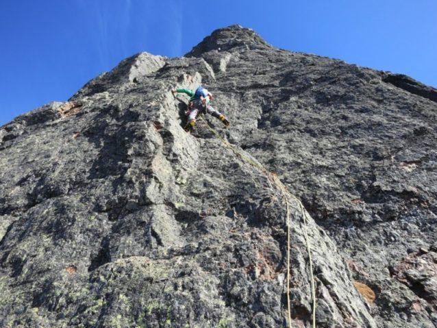 ノース・リブの上部で素手とクランポンによる登攀を楽しむディラン。Photo:Colin Haley