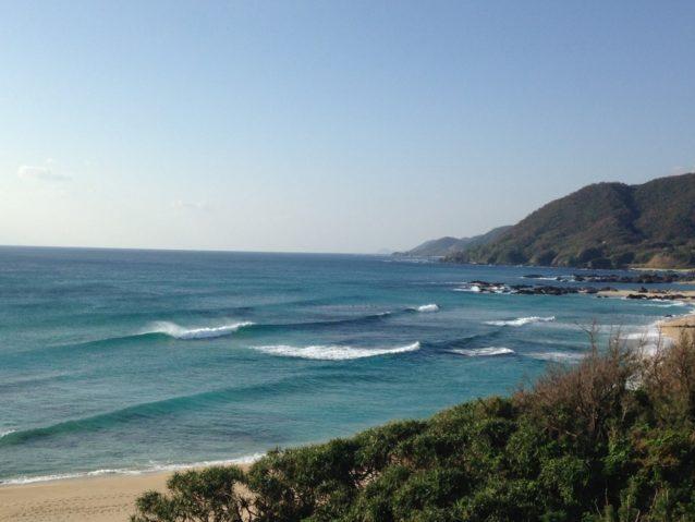 手広海岸は年間を通してコンスタントに波があるポイント。センターはリーフで、手前と奥はビーチブレイクになっている。ベストシーズンは3月~5月、9月~12月。写真:碇山勇生