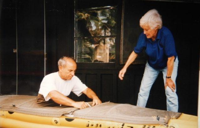 オードリーのインフレータブル・カヤックを見せてもらうイヴォン・シュイナード。Photo: Chouinard Collection