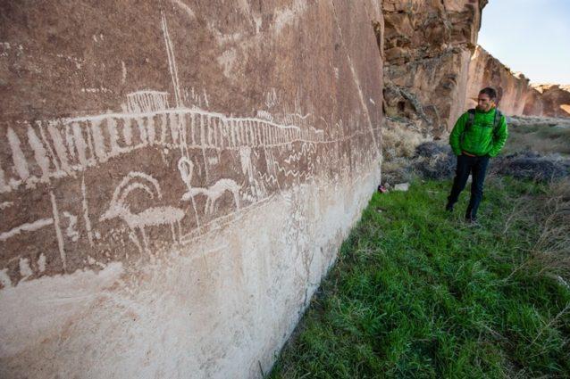 提案されているナショナル・モニュメントでは古代のトレイル、人為的に散らばった石と岩のシェルターが見られる。9千年以上前に人間がこの場所で生活していた証拠だ。ホワイト・リバー・ナロウズ考古学地域国家歴史登録材(上)には何千もの素晴らしいペトログリフとロックアートのパネルがあり、この地域の初期の住人たちのストーリーのいくつかを物語っている。Photo:Tyler Roemer