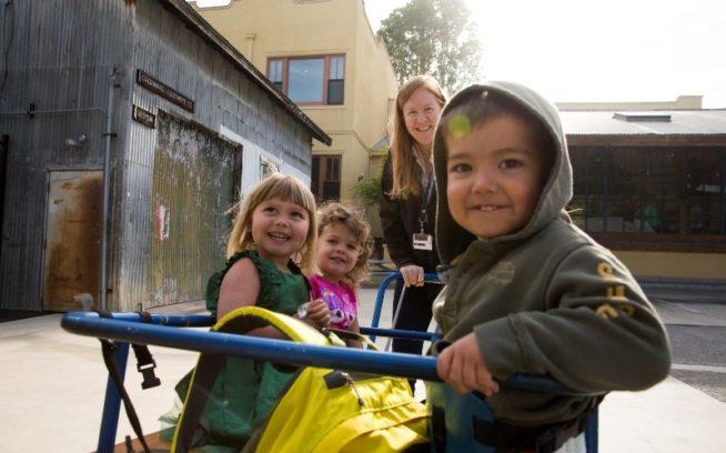 ティンシェッドの前で遊ぶパタゴニアの社内託児施設グレート・パシフィック・チャイルド・ディベロップメント・センター(GPCDC)の子どもたち。Photo: Tim Davis