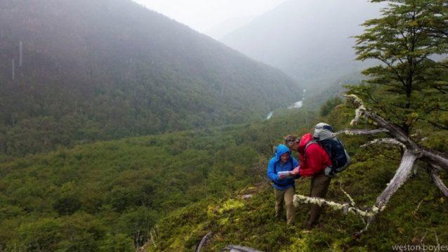 2日目、アヴィレス・ノルテにルートを発見する。チームはGoogle Earthの地図とiPhoneのアプリを使い、もしこのルートに沿って永久的なトレイルを敷くことになれば、パタゴニア国立公園が利用することになるであろう位置を記録した。Photo: Weston Boyles