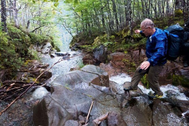 2日目、アヴィレス・ノルテ川に流れ込む数々の水流のひとつを渡るリック。Photo: Weston Boyles
