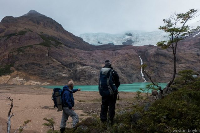 3日目の朝、氷河に覆われた新たな懸谷へと下る男たち。Photo: Weston Boyles