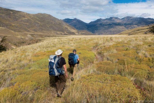4日目、最後の3キロを歩くジブとリック。Photo: Weston Boyles