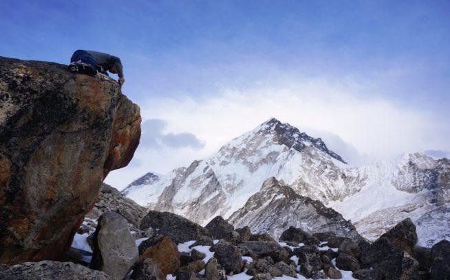 ゴシゴシ。岩のお掃除に勤しむ横山。背景はヌプツェ。写真:パタゴニア・クライミング・アンバサダー今井健司