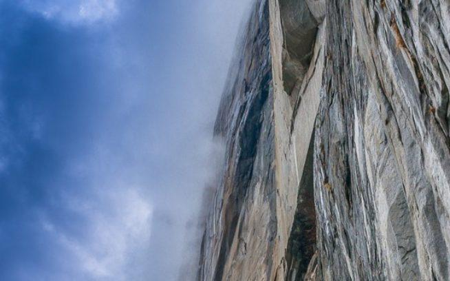 エル・キャピタンの「タンジェリン・トリップ」の1ピッチ目を懸垂下降するヨシコ・ミヤザキ=バック。カリフォルニア州ヨセミテ・バレー Photo: Kitty Calhoun