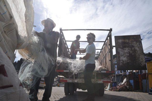 チリのコチョルゲで回収ポイントから地元の漁師と一緒に捨てられた漁網を撤収するベン・ネッパーズ。Photo: Bureo