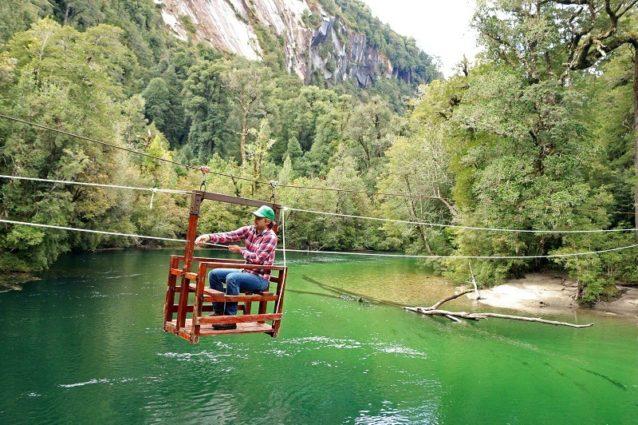 コチャモ渓谷の川渡り。休暇でチリ南部の地元環境を探索するベン。Photo: Bureo